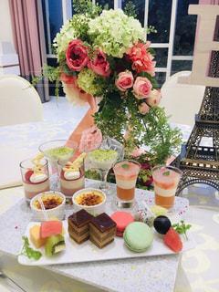 テーブルの上の花の花瓶の写真・画像素材[1769686]