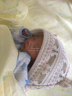 赤ちゃんのベッドの上で横になっています。の写真・画像素材[1182479]