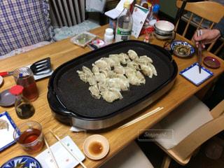 家族,日本,手作り,夕食,昭和,餃子,ホットプレート,家族団欒,ジャパニーズ,テーブルと椅子
