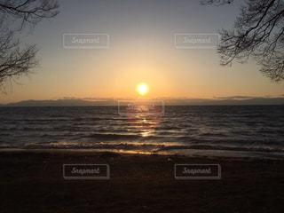 ビーチに沈む夕日の写真・画像素材[960962]