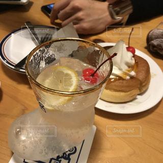 テーブルの上のコーヒー カップの写真・画像素材[1410928]