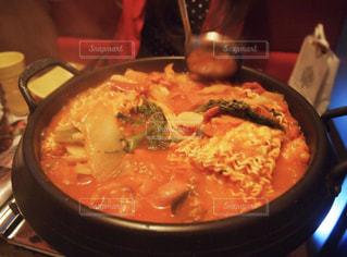 テーブルの上に鍋の上に座ってピザの写真・画像素材[1757332]