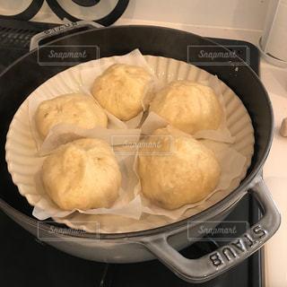 ストーブの上に食べ物のパンの写真・画像素材[1757338]