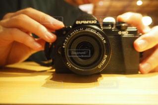 カメラを持っている手の写真・画像素材[1663652]