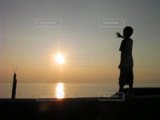 日没の前に立っている人の写真・画像素材[1860728]