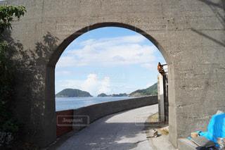 水に橋がある石造りの建物の眺めの写真・画像素材[2343427]