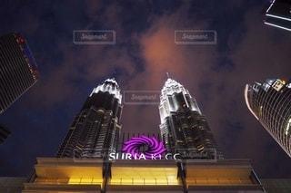 夜にライトアップされた都市の写真・画像素材[2722503]