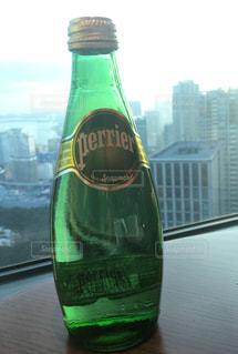 グリーンのボトルとテーブルの上のビールのグラス - No.930717