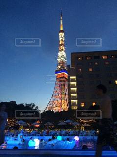 街にそびえる大きな時計塔の写真・画像素材[712225]