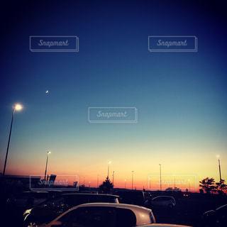 夜の街に沈む夕日の写真・画像素材[778076]