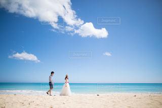 ビーチに立っている人の写真・画像素材[784947]