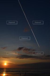 日没で凧の飛行人の写真・画像素材[978070]
