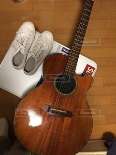 近くにギターのアップの写真・画像素材[814605]