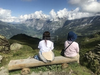 ハイキング中に景色の良い場所で休憩の写真・画像素材[1432456]