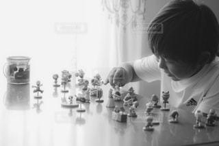 鏡の前に立っている少年の写真・画像素材[815512]