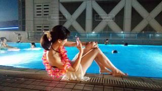 プールに立っている女性の写真・画像素材[714712]
