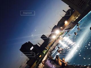 空気を通って飛んで男の写真・画像素材[714713]