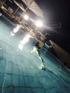 ランプの側をスケート ボードに乗って男の写真・画像素材[714716]