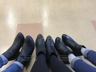 黒い靴を履いて足のペアの写真・画像素材[1683626]