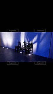 フラット スクリーン テレビが暗い部屋で座っています。 - No.806171