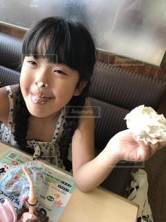 食事のテーブルに座っている少女 - No.706340