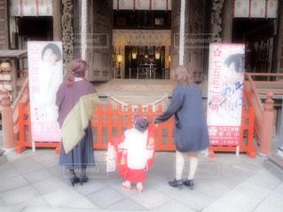 神社でお参りの写真・画像素材[833754]