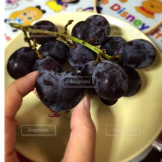 皿の上の果物の写真・画像素材[898858]