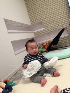 ベッドの上で横になっている男の子の写真・画像素材[1042946]