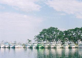 水の体の横にボートをドッキングします。の写真・画像素材[728903]