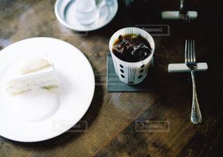テーブルの上に食べ物のプレート - No.728906