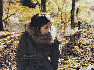 森の横に立っている少年 - No.853138