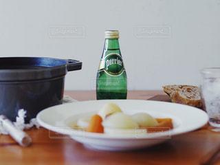 料理とテーブルの上の瓶のプレート - No.914725