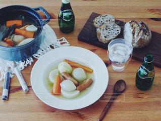 テーブルの上に食べ物のプレート - No.914726
