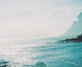 海の横にある水の体の写真・画像素材[927859]