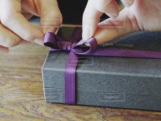 紫,手,パープル,プレゼント,リボン,贈り物,りぼん,ギフトボックス