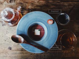 テーブルの上に青いボウルの写真・画像素材[1037382]