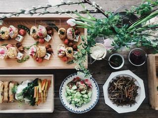 テーブルの上に食べ物の束 - No.1045613