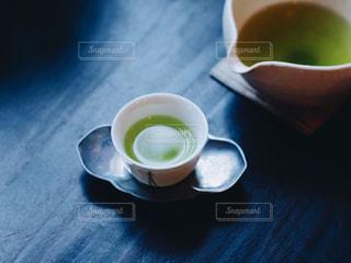 近くのテーブルに座ってコーヒー カップ - No.1059097