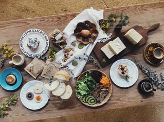 テーブルの上に食べ物のプレート - No.1069223
