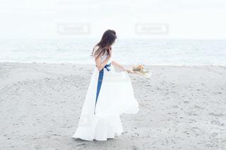 ビーチに立っている女性の写真・画像素材[1235157]