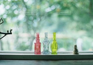 窓の前に座って花瓶の写真・画像素材[1235228]