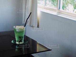テーブルの上に座って花瓶の写真・画像素材[1414277]