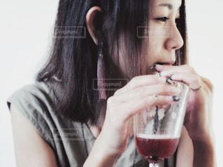 ガラスから飲む女性の写真・画像素材[1414282]