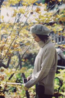 黄色の花を身に着けている男の写真・画像素材[1602065]