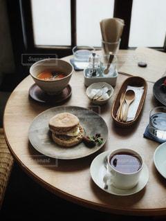 テーブルの上でコーヒーを一杯飲むの写真・画像素材[2286598]