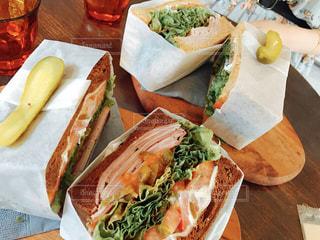 半分に切って、テーブルの上に座ってサンドイッチの写真・画像素材[738953]