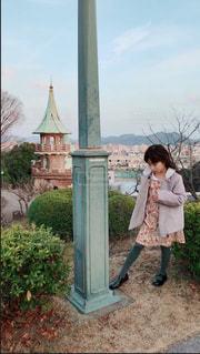 建物の前に立っている少年の写真・画像素材[1019853]