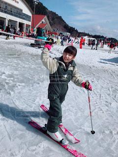 雪に覆われた斜面をスキーに乗る人の写真・画像素材[1588574]