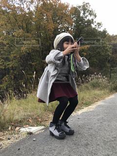 未舗装の道路を歩く人の写真・画像素材[1674293]