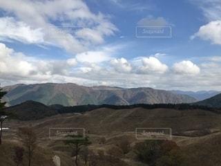 背景の大きな山の写真・画像素材[1869575]